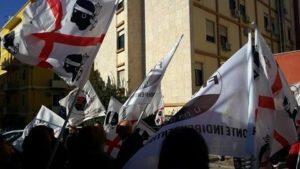 Manifestanti indipendentisti davanti all'ASL (SS)